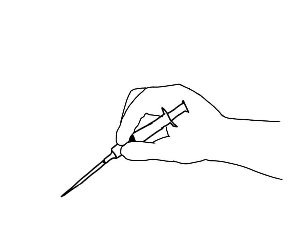 注射器を鉛筆握りで持つ 利き腕で注射器を鉛筆握りで持ちます。 このとき注射針の刃面は上に向くように持ちましょう。