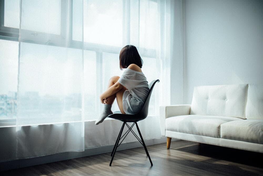 抑うつ状態とは、躁状態とは対極に位置付けられて、気分が沈んで、身体的にも精神的にも活動性が低下し、悲観的になっている状態